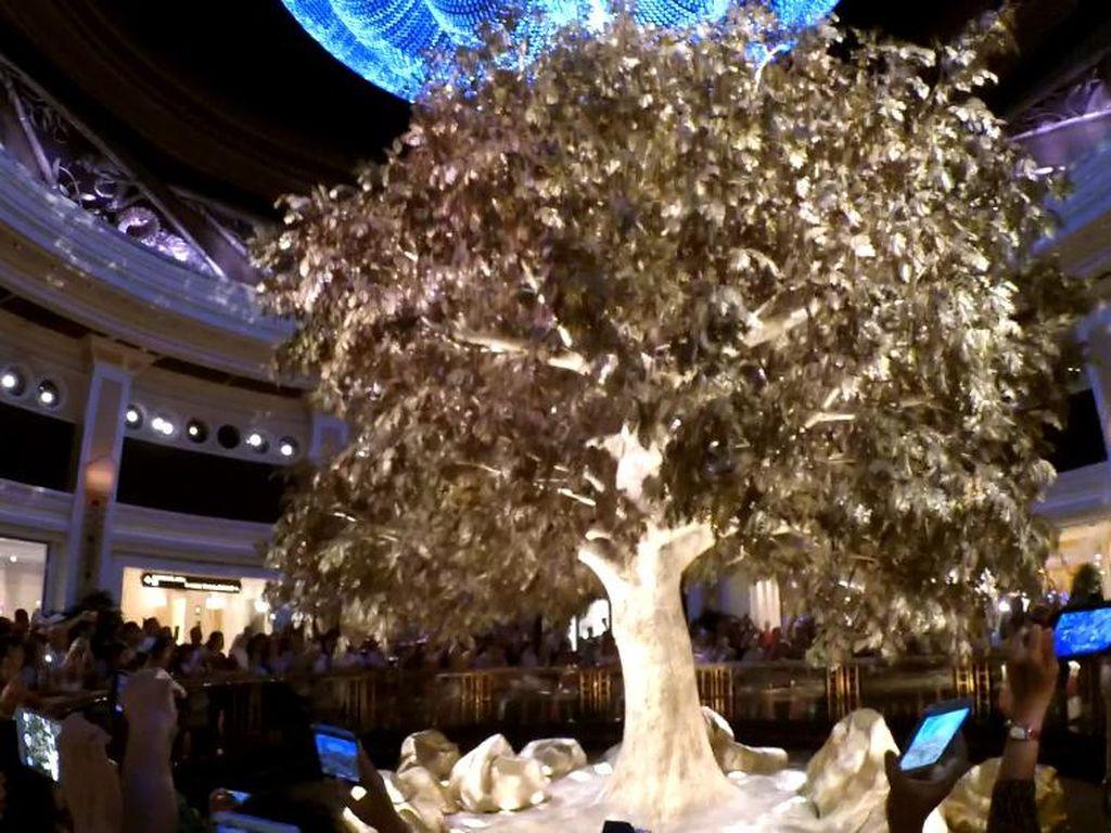 Penampakan Pohon Berdaun Emas di Macau