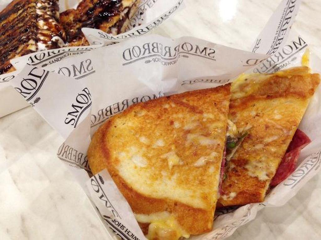 Menikmati Grilled Sandwich Renyah Berisi 4 Campuran Keju