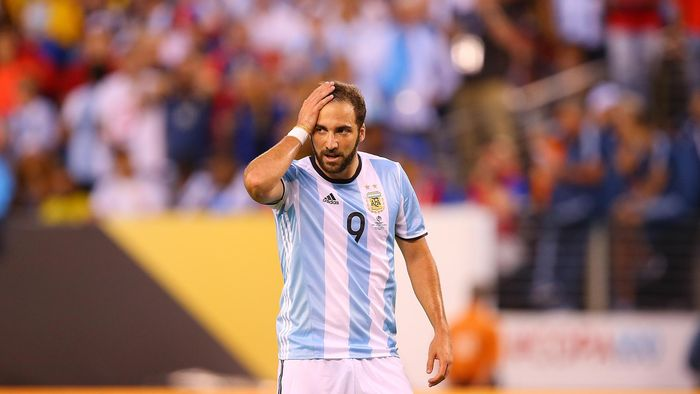 EAST RUTHERFORD, NJ - JUNE 26:  Gonzalo Higuain #9 of Argentina reacts after missing a scoring chance against Chile during the Copa America Centenario Championship match at MetLife Stadium on June 26, 2016 in East Rutherford, New Jersey.  (Photo by Mike Stobe/Getty Images)