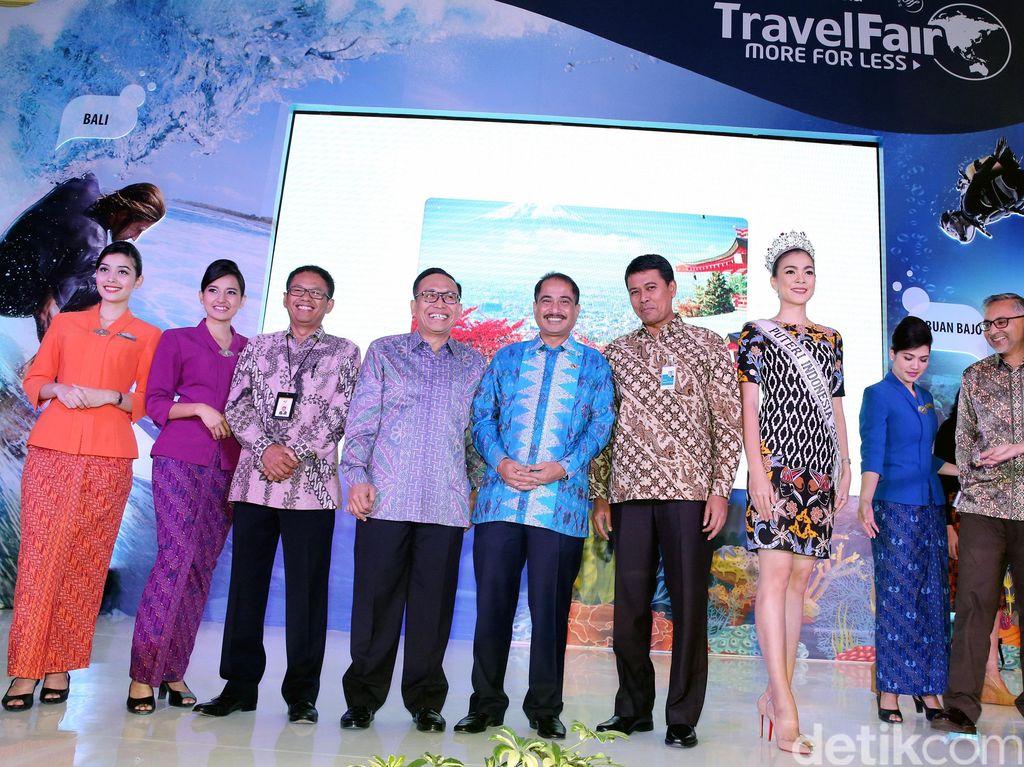 Aksi Menpar Saat Resmikan Pameran Garuda Travel Fair 2016