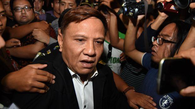 Mantan Ketua DPRD Surabaya periode 2009-2014 Wisnu Wardhana (tengah) terjerat kasus dugaan penyalahgunaan penjualan aset PT Panca Wira Usaha tahun 2000-2010.