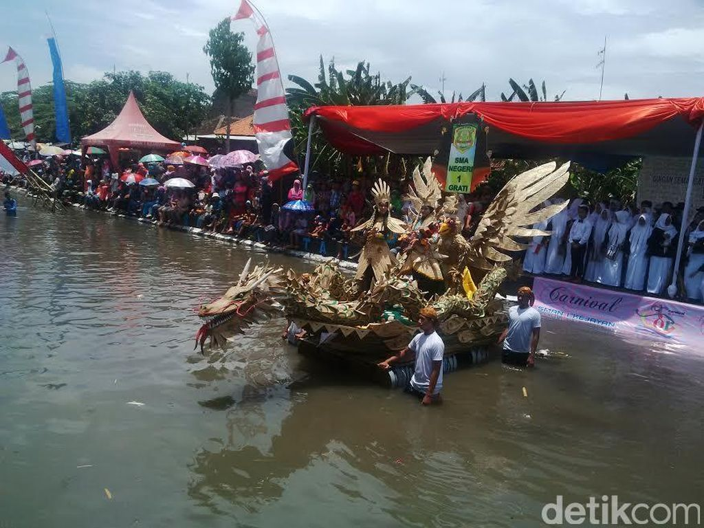 Ribuan Warga Berjubel Menyaksikan Carnival On The River Pasuruan