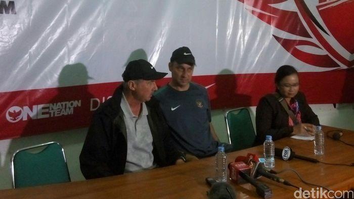 Pelatih timnas Indonesia, Alfred Riedl, bersama asistennya, Wolfgang Pikal, dalam konferensi pers setelah laga melawan Vietnam di Stadion Maguwoharjo, Sleman.