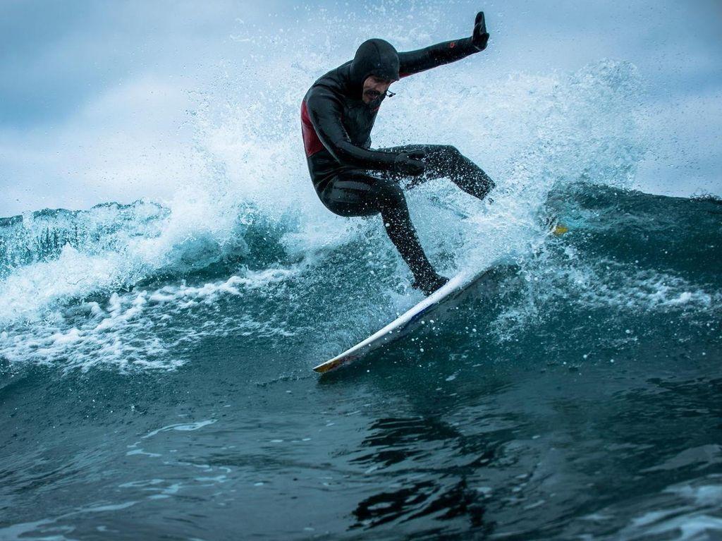 Mungkin Baru Dia yang Surfing di Kutub Selatan