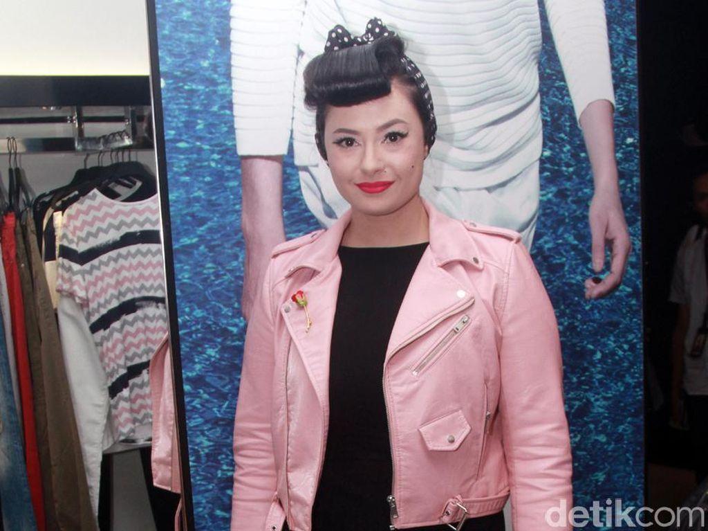 Claudia Adinda Masih Galau Soal Tanggal Pernikahan dengan Derby Romero