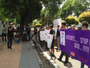 Kecam Kebijakan Duterte, Massa Korban Napza Demo di Depan Kedubes Filipina