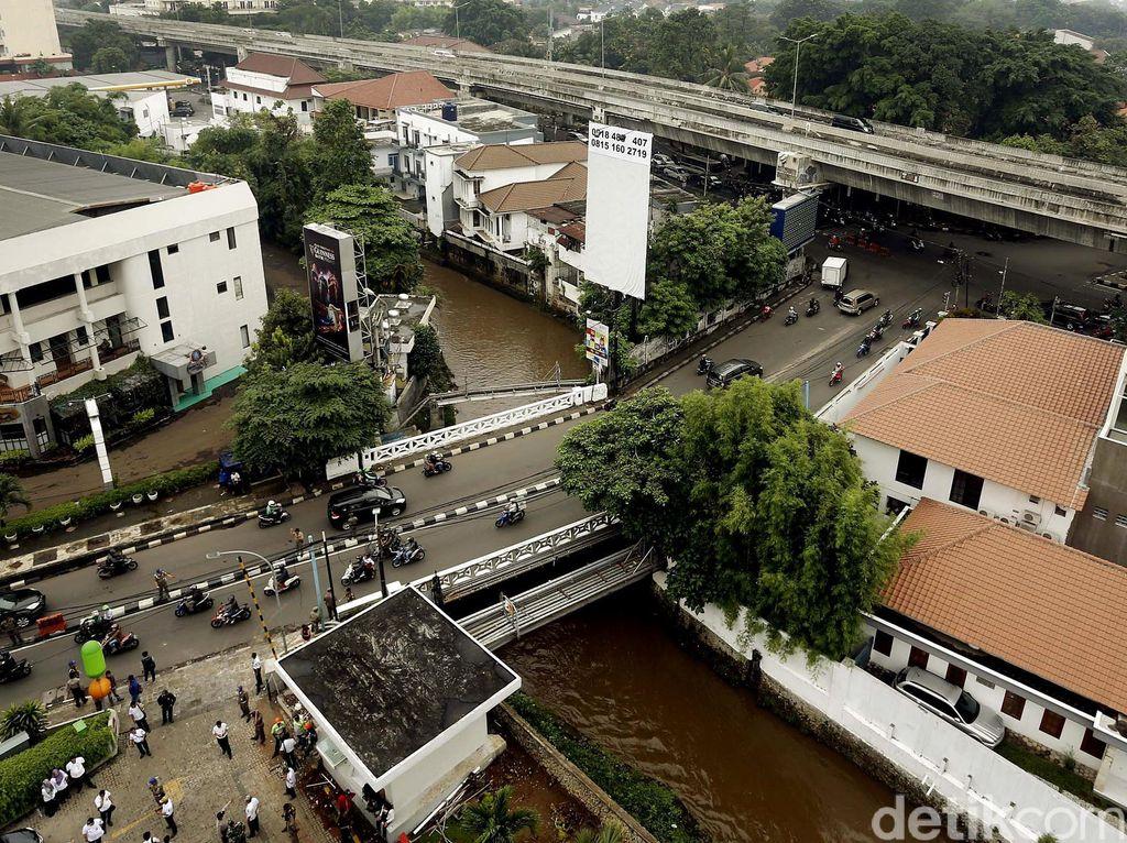 Penampakan Kali Krukut yang Sebabkan Banjir di Kemang