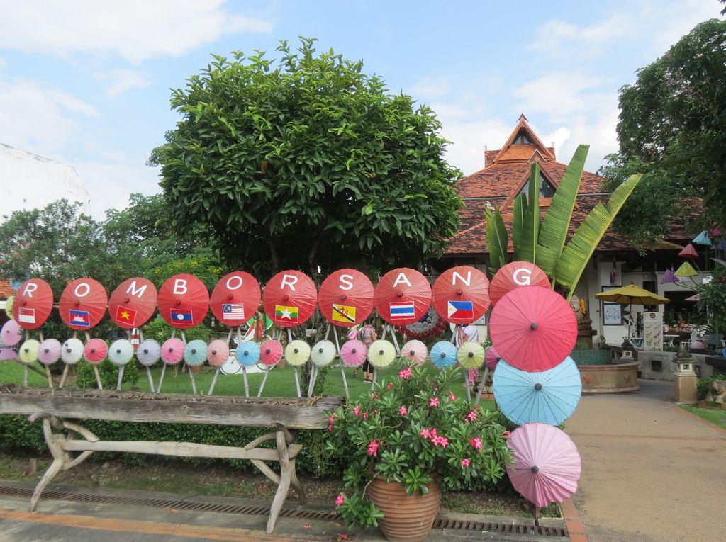 Ini Dia Suvenir Khas Chiang Mai: Payung Hias