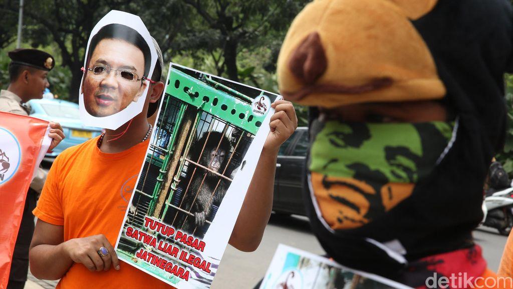 Pecinta Satwa Demo di Balai Kota