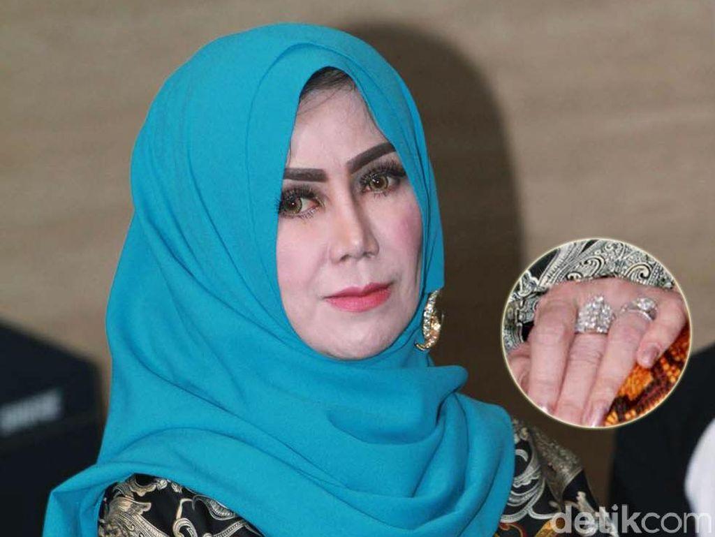 Amy Qanita dan Cincin Berlian di Kedua Tangannya
