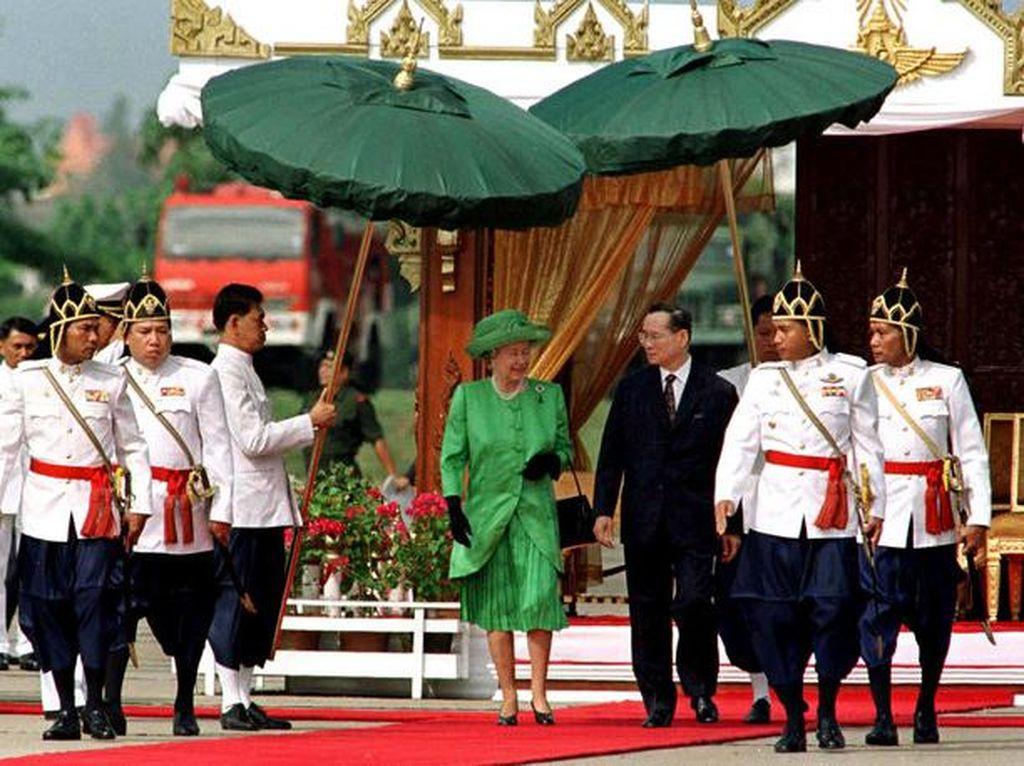 Raja Bhumibol Mangkat, Ratu Elizabeth II Jadi Penguasa Monarki Terlama Dunia