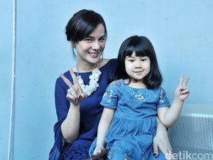 Gemas! Lucunya Astrid Tiar dan Putrinya