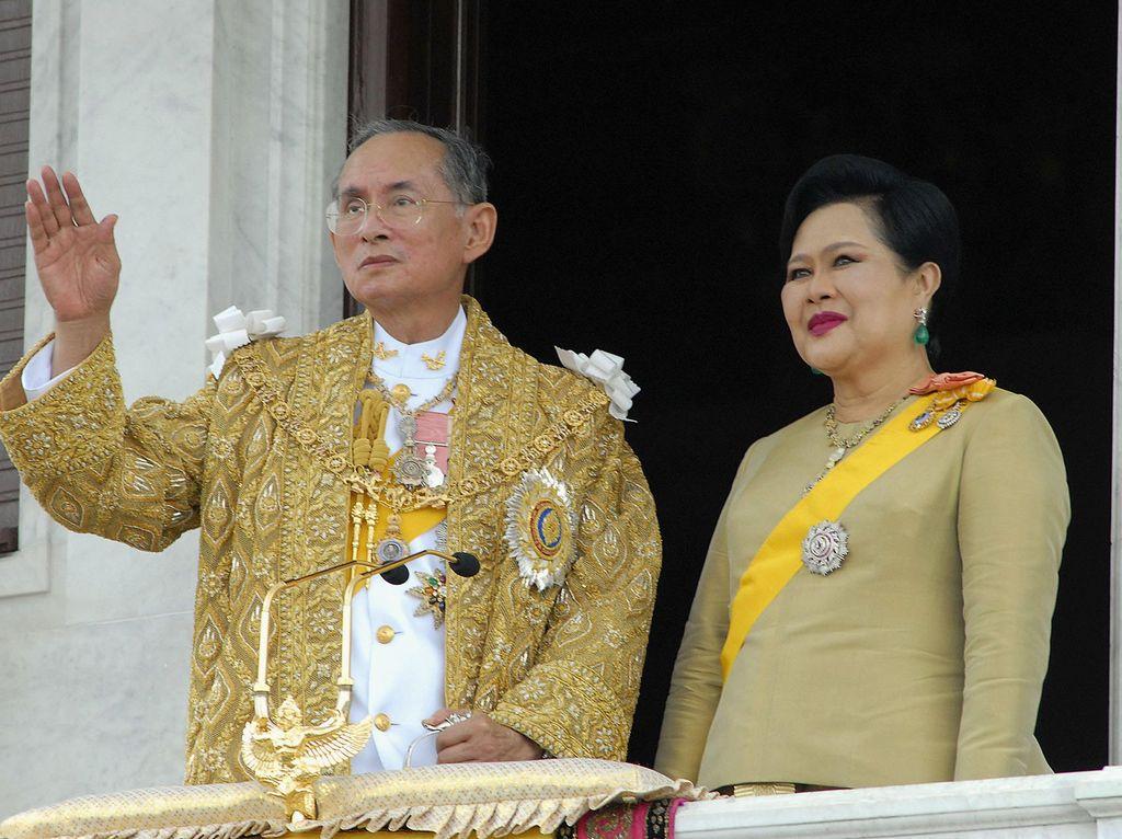 Sirikit, Pianis Cantik yang Setia Dampingi Raja Thailand Hingga Akhir Hayat
