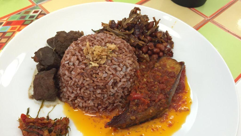 Sedapnya Racikan Nasi Rames dengan Semur Daging dan Terung Balado di Sini