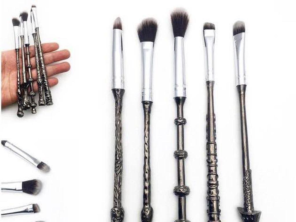Mirip Tongkat Sihir, Kuas Makeup Ini Khusus untuk Fans Harry Potter
