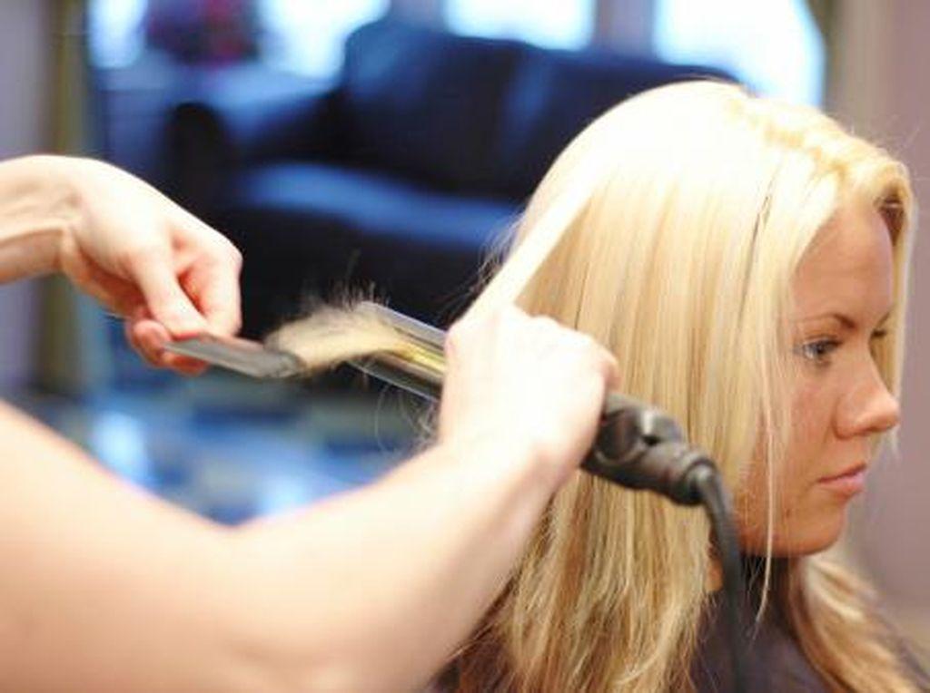 Keseringan Catok dan Warnain Rambut Bikin Rambut Cepat Rontok