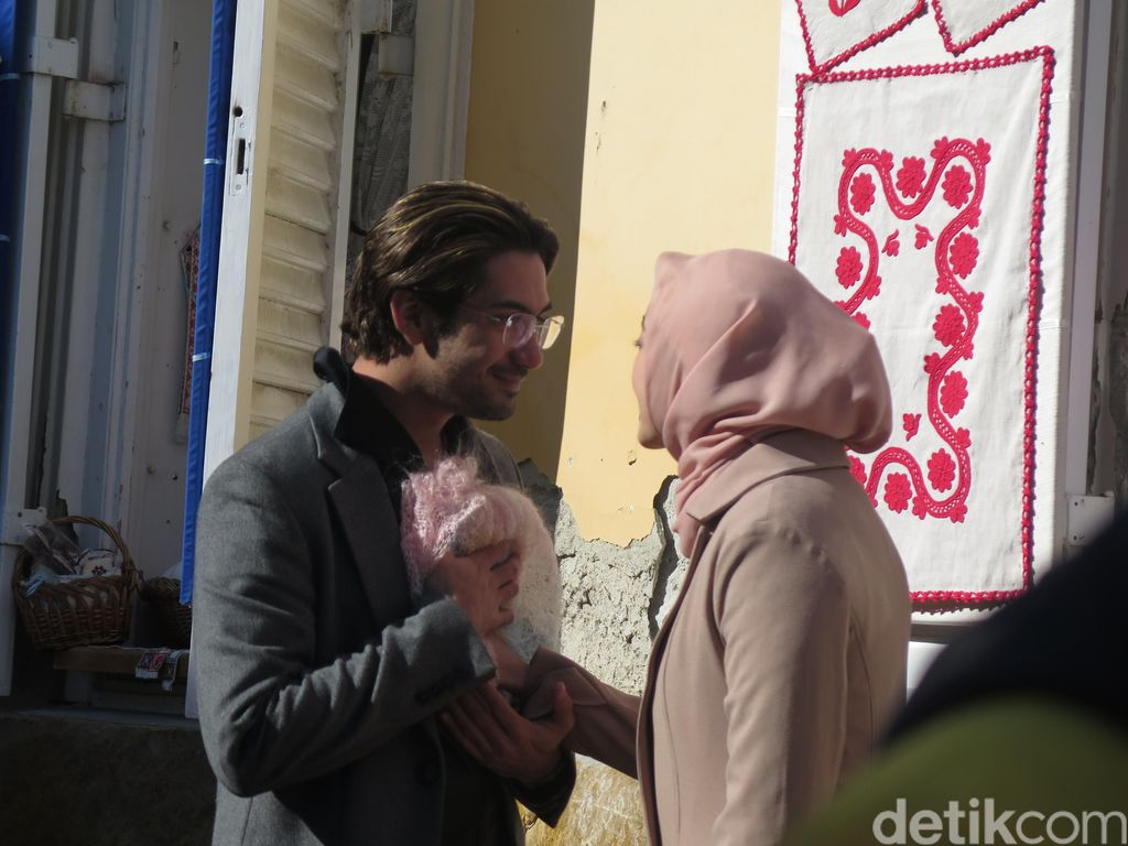 Intip Romantisnya Reza Rahadian dan Raline Shah di Szentendre
