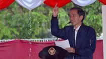 Saat Jokowi Pegang Payung Sendiri di Sela Tinjau Proyek Listrik di Papua