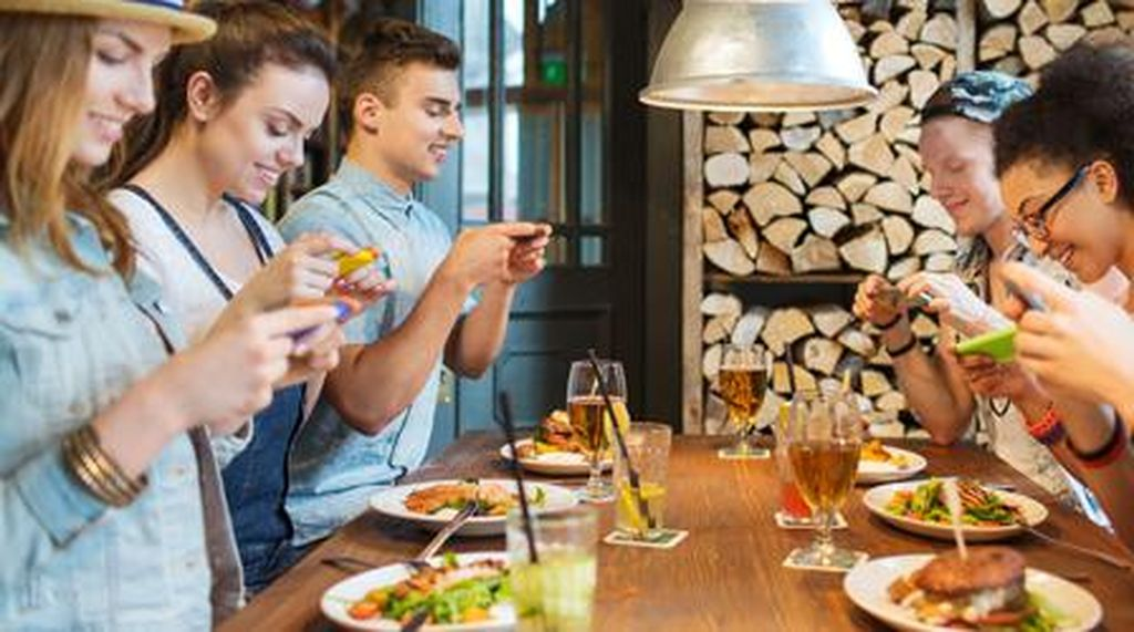 Restoran Ini Beri Bimbingan Pengunjung untuk Bikin Foto Makanan yang Keren