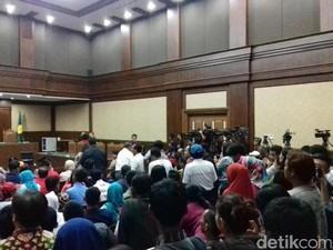 Jessica Sebut Barista Terima Uang dari Arief, Pengunjung Sidang  Tepuk Tangan