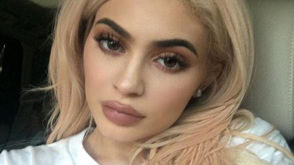 Kylie Jenner Kecanduan Operasi Plastik Karena Ingin Cantik untuk Tyga?