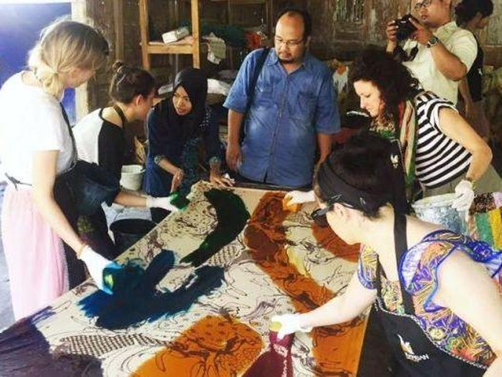 Mahasiswa Desain Mode Australia ke Yogya Belajar Membatik