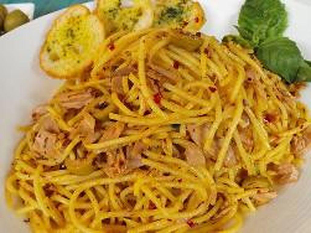 Berani Makan Spaghetti Bertoping Mata dan Tangan?