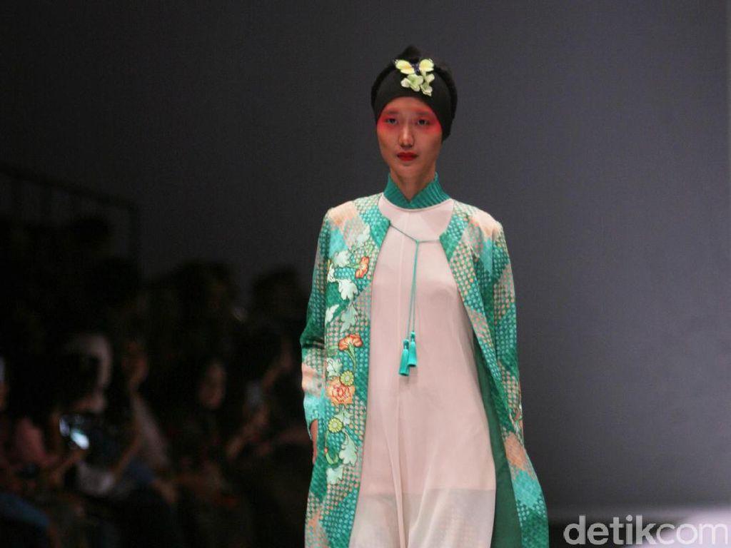 Eksplorasi Tekstil Jambi Hingga Bali dalam Koleksi Hijab Itang Yunasz