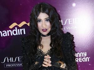 Penampilan <i>Gothic</i> Indah Dewi Pertiwi Berambut Keriting, <i>Yay or Nay</i>?