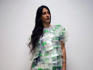Wanita Ini Pakai Baju dari 150 Kantung ASI untuk Dukung Ibu Bekerja