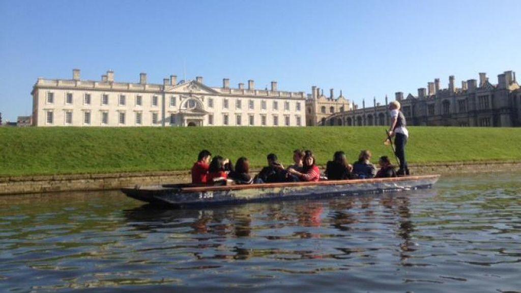 Asyiknya Naik Gondola Bukan di Venesia, Tapi di Kampus Cambridge