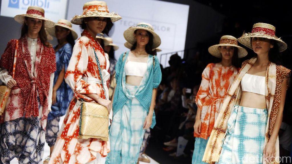 Lenggak-lenggok Model Jakarta Fashion Show