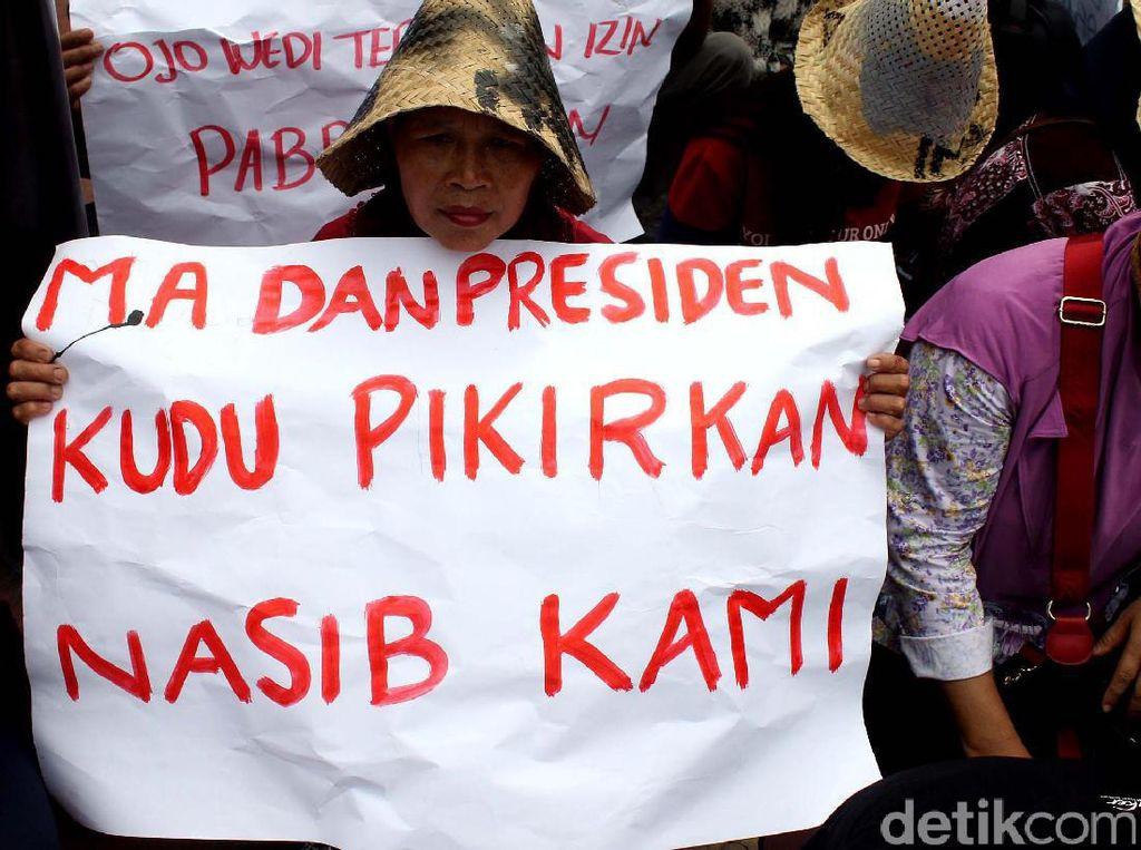Warga Rembang Demo di Istana