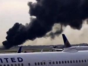 Pesawat American Airlines Terbakar di Chicago