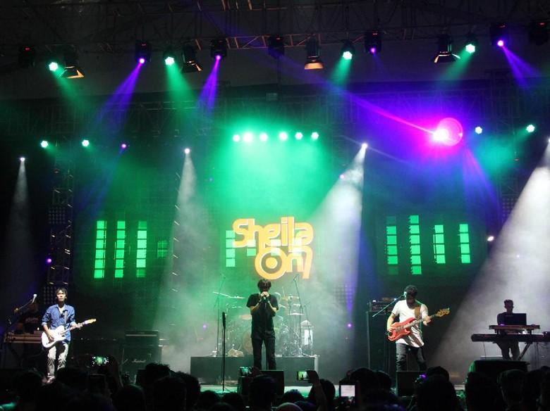 Sheila On 7 Sukses Bagikan Kisah Klasik di Konser Malam Ini