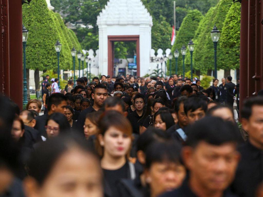 80 Ribu Warga Thailand Beri Penghormatan Langsung pada Jenazah Raja Bhumibol