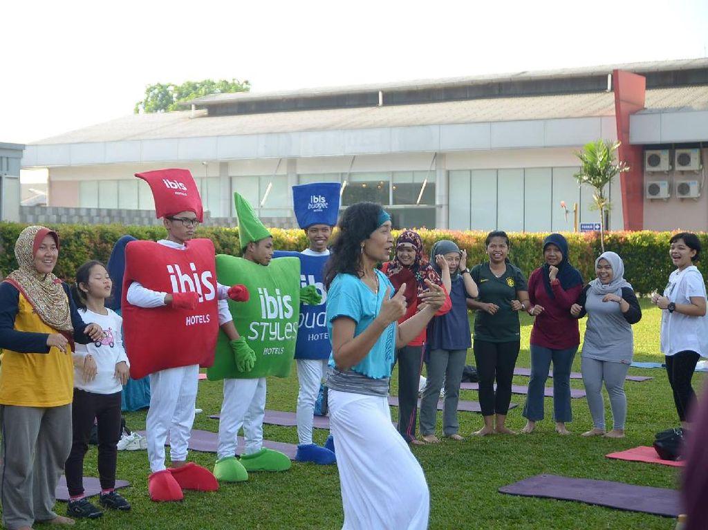 Foto-foto Keceriaan Yoga Tertawa Bersama Komunitas Healthy Friends