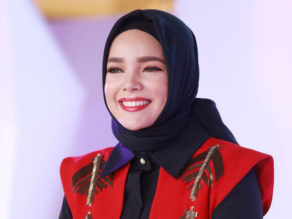 Dewi Sandra Ajak Wanita Inspiratif Indonesia Pergi Umrah