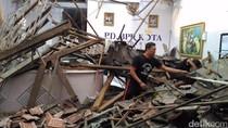 Gedung BPR Kota Kediri Runtuh, 2 Karyawan Terluka