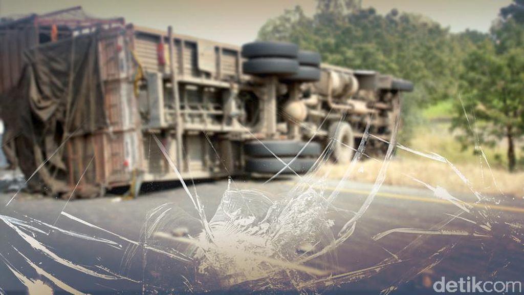 Truk Terguling di KM 34 Tol Jagorawi Arah Bogor, Lalin Tersendat