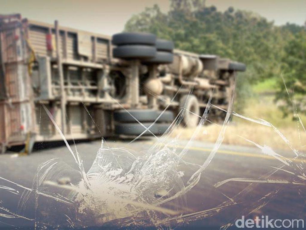 Truk Terguling di KM 21 Tol JORR, Lalin Padat Jelang Lokasi
