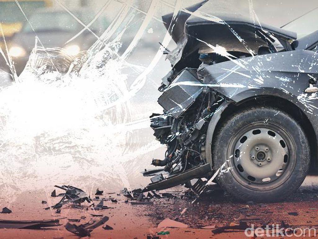Mobil Tabrak Trotoar Hingga Ringsek di Kawasan SCBD Jaksel