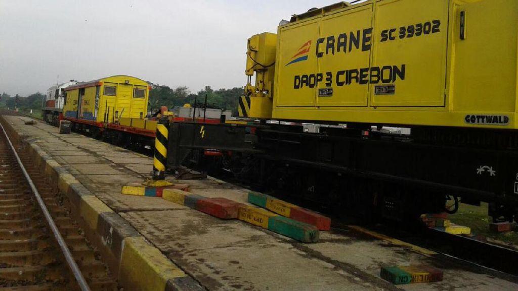 Begini Proses Evakuasi Kereta Anjlok di Subang Malam Tadi