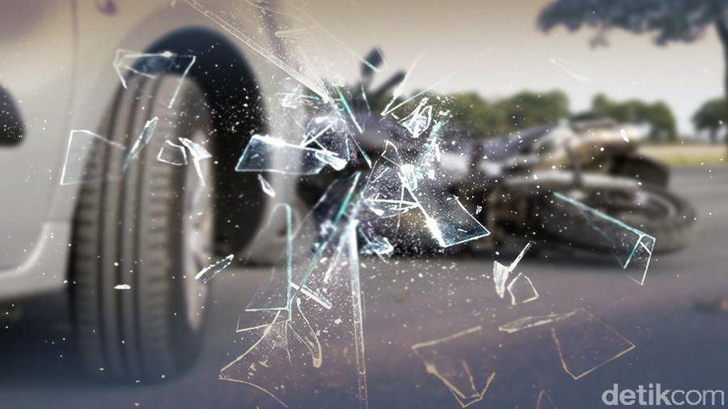 Ada Truk Muatan Ayam Terguling di KM 55 Tol Cikampek Arah Jakarta