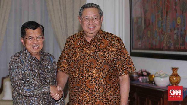 Presiden ke-6 Susilo Bambang Yudhoyono (SBY) disambut kedatangannya oleh  Wakil Presiden Jusuf Kalla (JK) di rumah dinas Wapres, Jakarta, Selasa, 1 November 2016. Keduanya melakukan pertemuan tertutup. CNN Indonesia/Safir Makki
