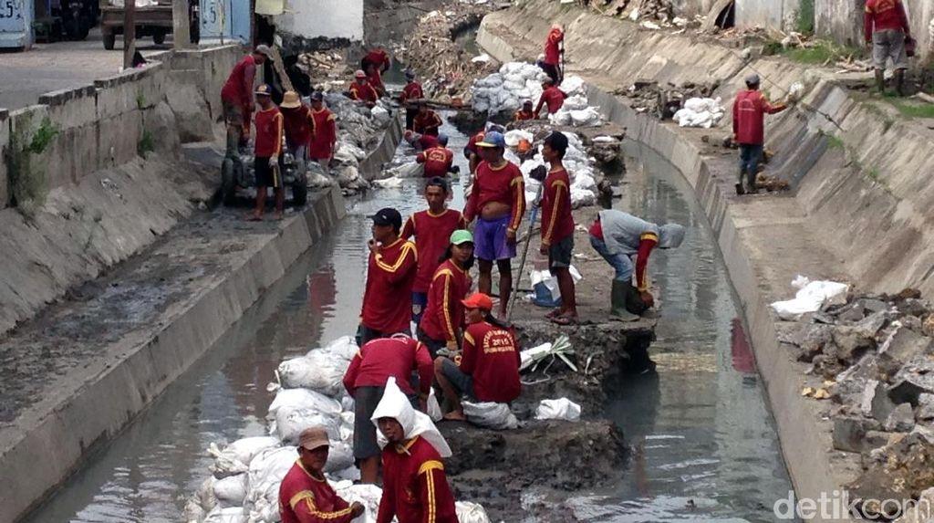 Pembersihan Lumpur di Sungai Surabaya