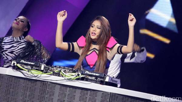 Put Yours Hand Up! Aksi Aurel Hermansyah Nge-DJ