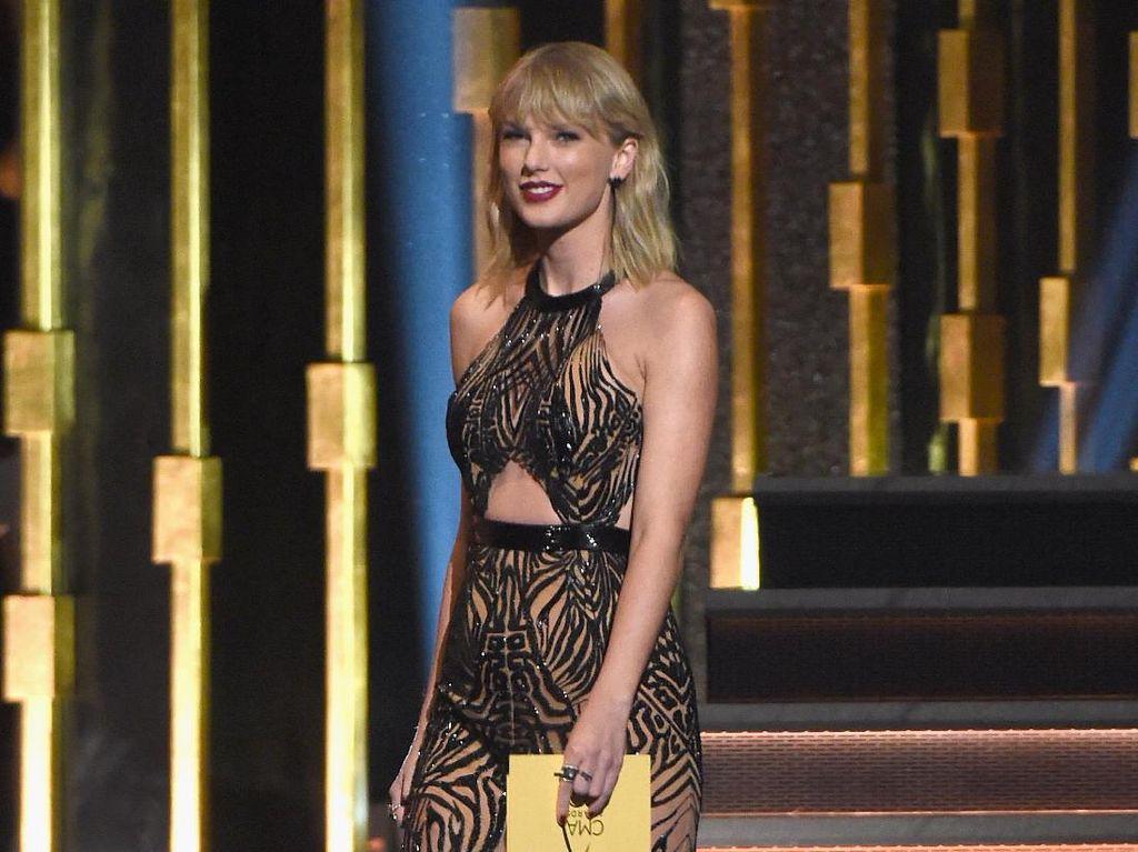 Penampilan Taylor Swift dengan Dress Menerawang di CMA Awards 2016