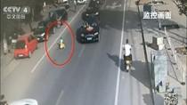 Viral, Video Bocah China Naik Mobil Mainan di Jalan Raya