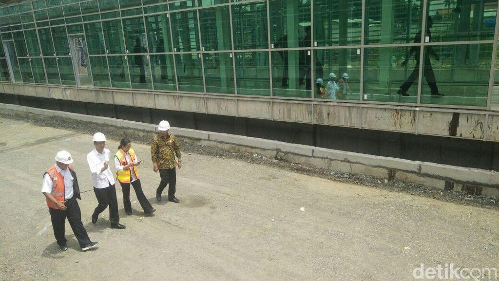 Jokowi Blusukan Pantau Proyek Kereta Bandara Bareng Rini dan Budi Karya